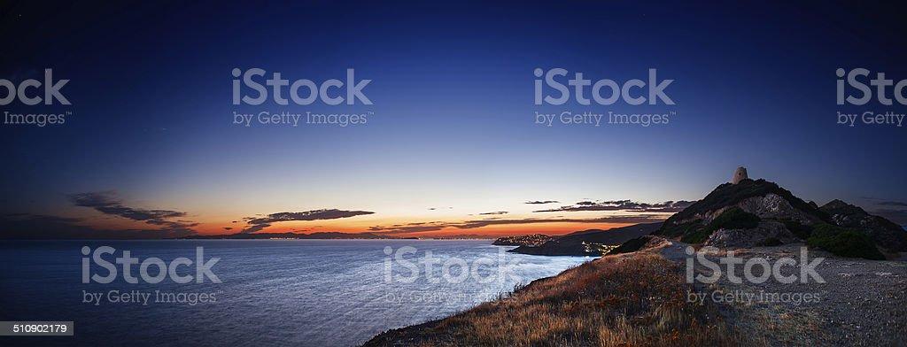 Costa do Mediterrâneo ao anoitecer, perto de uma antiga torre costeira - foto de acervo