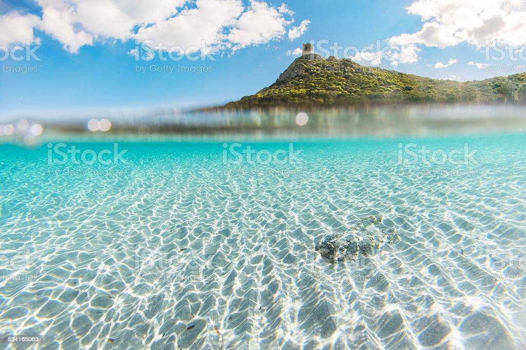 Litoral mediterrâneo cristalinas do mar, com areia branca e limpar - foto de acervo