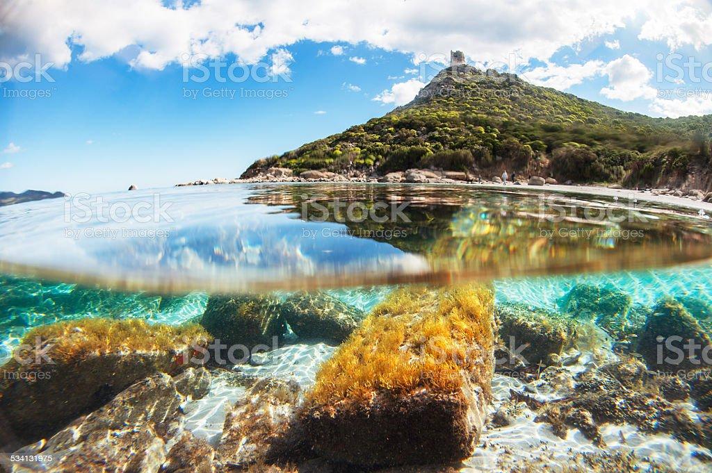 Costa do Mediterrâneo com vista para o cristalino mar foto royalty-free