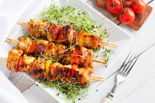 mediterran gegrilltes hähnchen-spieße mit microgreen und cherry-tomaten serviert - kebab marinade stock-fotos und bilder