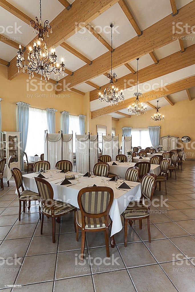 interior de una elegante cena mediterránea foto de stock libre de derechos