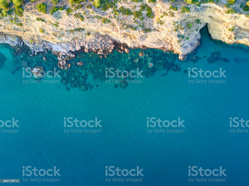 Costa de la isla mediterránea. Vista aérea - foto de stock