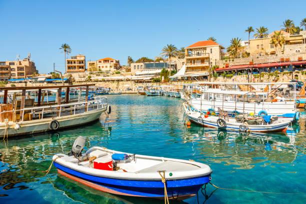 lagune du port de jbeil méditerranéen avec des bateaux de pêche ancrés, biblos, liban - liban photos et images de collection