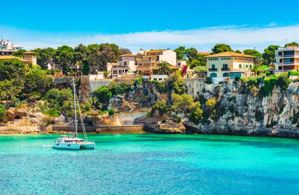 Espagne mer Méditerranée, la baie idyllique avec bateau à la côte de Porto Cristo, sur l'île de Majorque - Photo
