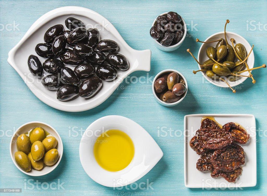 Mediterranean snack assortment. Black and green Greek olives, capers, olive - foto de acervo