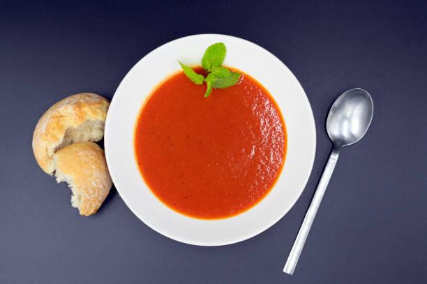 Mediterrane Tomatensuppe mit Minze – Foto