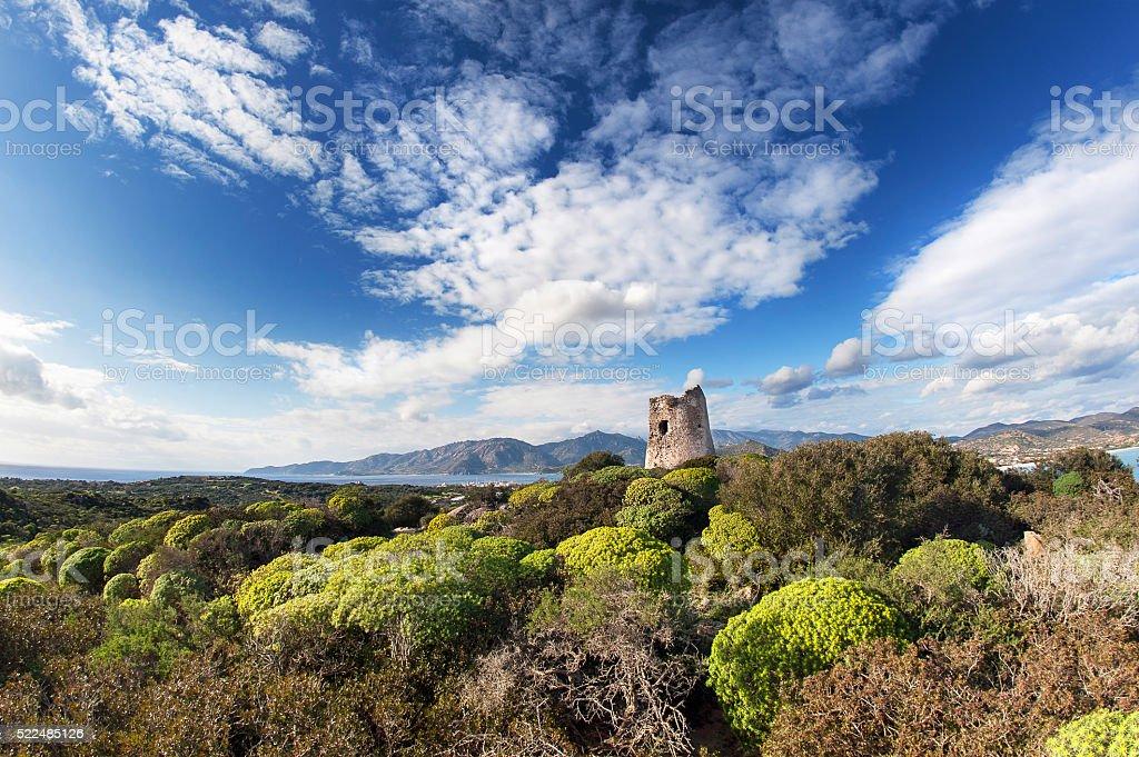 Torre costeira com vista para o Mediterrâneo - foto de acervo