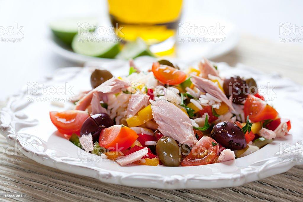 Estilo mediterráneo de arroz y ensalada de atún - Foto de stock de Aceituna libre de derechos