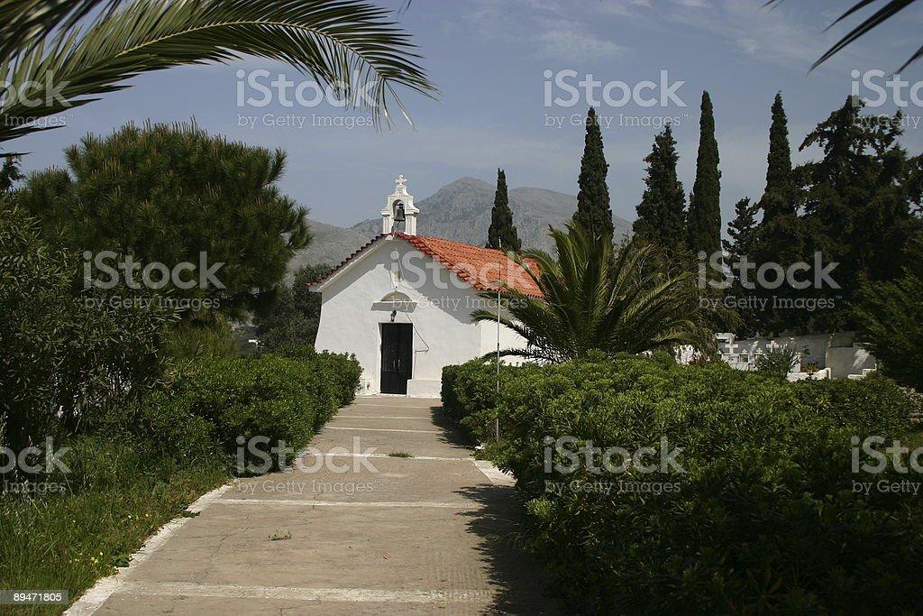 Медитерраниан Церковь в зеленый окружающей среды Стоковые фото Стоковая фотография