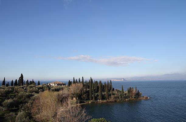 mediterrane landschaft - ferienhaus am gardasee stock-fotos und bilder