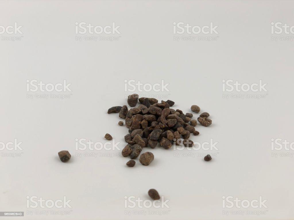 Een middelgrote groepen van cacao nibs - Royalty-free Biologisch Stockfoto