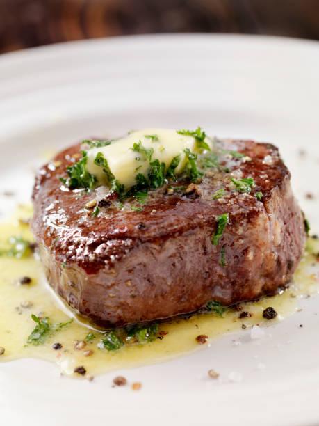 middelgrote zeldzame filet mignon biefstuk met kruidenboter knoflook - sirloin stockfoto's en -beelden