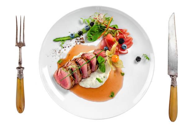 mittlere selten fleisch steak - weinsoße stock-fotos und bilder