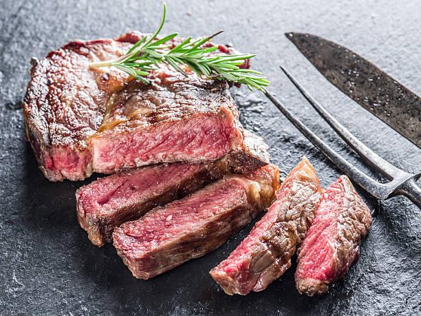 medium ribeye steak. - ribeye biefstuk stockfoto's en -beelden