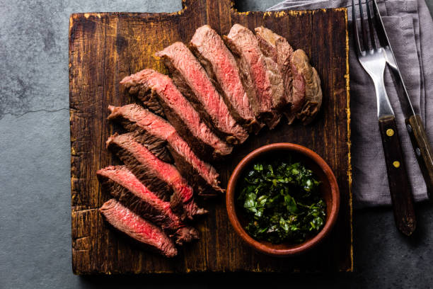 mediun zeldzame biefstuk op houten bord. bovenaanzicht - ribeye biefstuk stockfoto's en -beelden