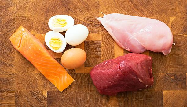 rencontrez, du poisson, des œufs sur le kitchen table - poulet viande blanche photos et images de collection