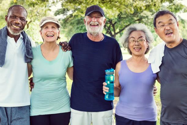 möta upp pensionerade välmående pensionär träning koncept - active senior bildbanksfoton och bilder