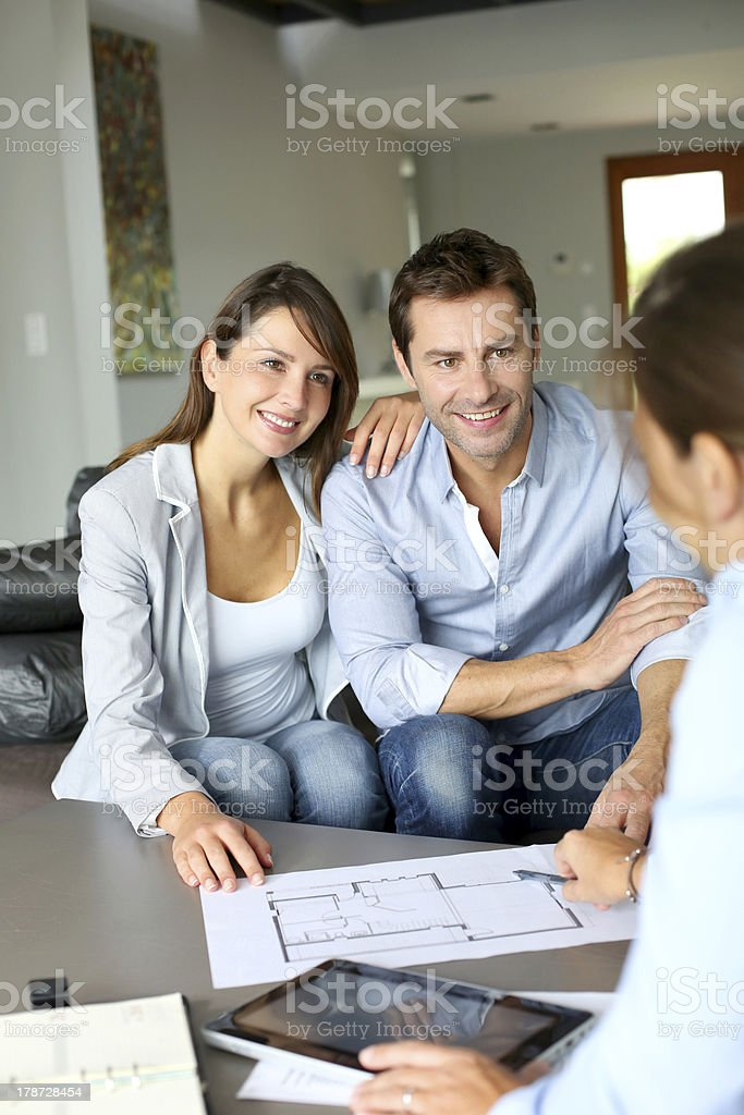 Meeting im Hause mit paar und der Architekt – Foto
