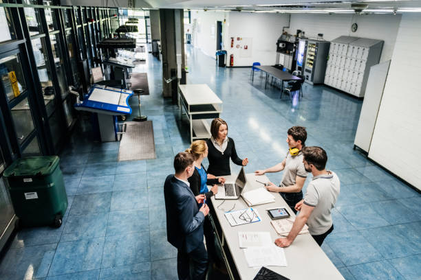 Treffen zwischen Ingenieuren in Fabrikhalle – Foto