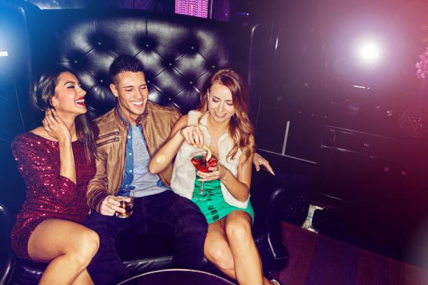 menschen treffen im club - club sofa stock-fotos und bilder