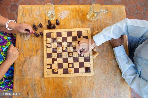 Hombre y mujer adultos, jugando ajedrez