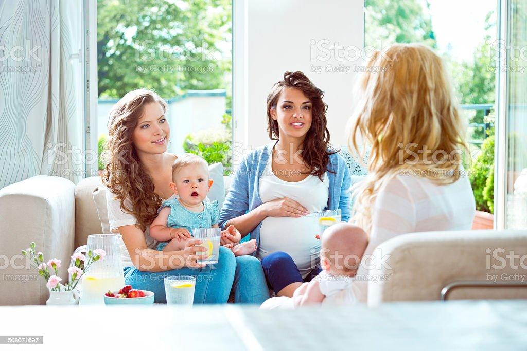 Reunión de las madres jóvenes - foto de stock