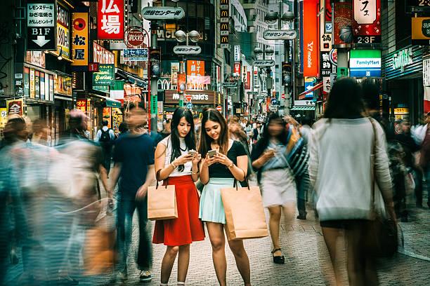treffen zeigen kreuzung shibuya in tokio - neontasche stock-fotos und bilder