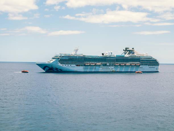 Treffen Regal Princess und Coral Princess Kreuzfahrtschiffe auf offener See zum Austausch von – Foto