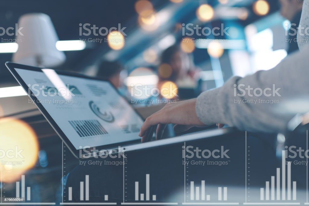 Meeting-Raum-Konzept, Laptop-Nahaufnahme – Foto
