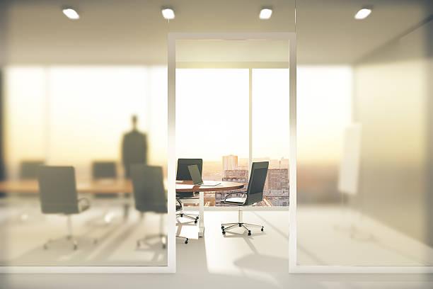 meetingraum mit wänden aus mattglas - stuhl neu gestalten stock-fotos und bilder