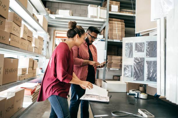reunión con el cliente en la fabricación - suministros escolares fotografías e imágenes de stock
