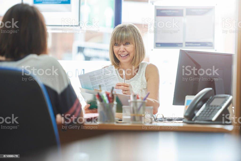 Réunion avec le client pour discuter des formalités administratives - Photo