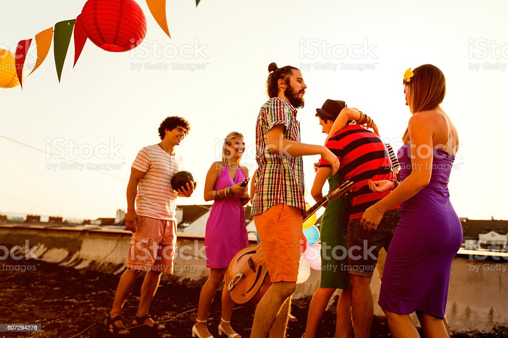 Meeting with friends at rooftop party - foto de stock