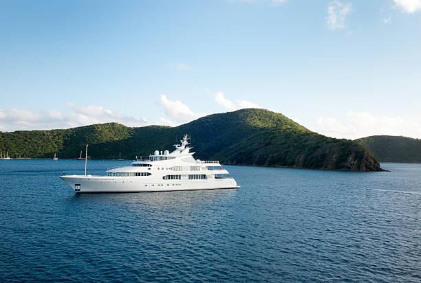 mega yacht cerca de la isla - yacht fotografías e imágenes de stock