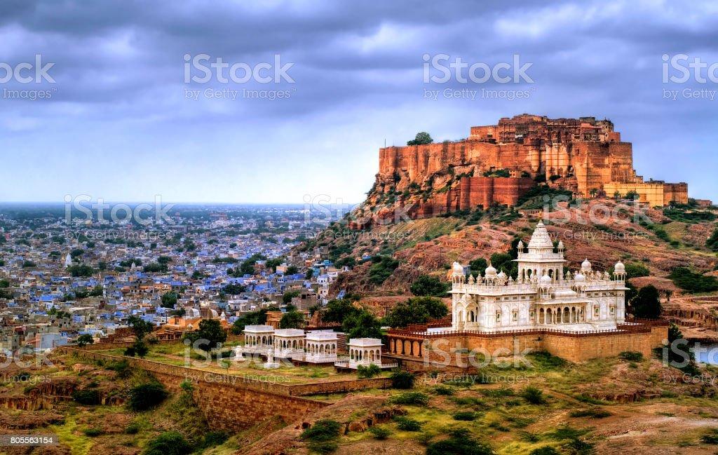 Mehrangharh Fort und Jaswant Thada Mausoleum in Jodhpur, Rajasthan, Indien – Foto