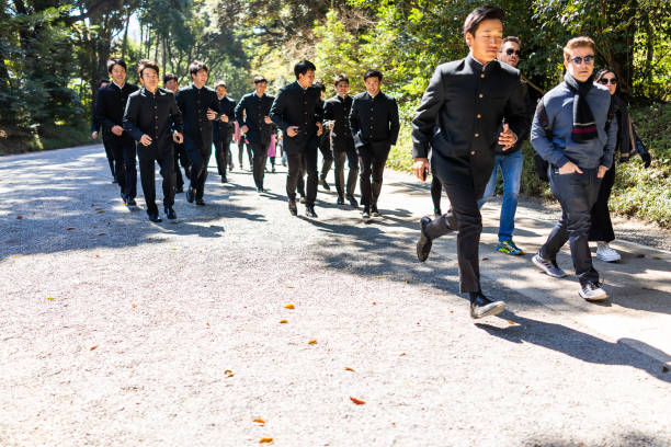 ●多くの人が unifrom で走る明治神宮道の道の少年たち - 制服 ストックフォトと画像