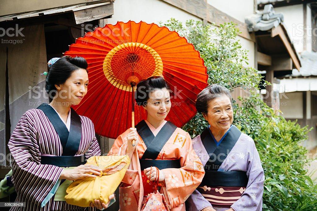 Meiko las mujeres japonesas usando yukata y sombrilla foto de stock libre de derechos