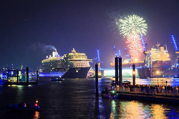 mein schiff 4-cruiser feuerwerk - das traumschiff stock-fotos und bilder