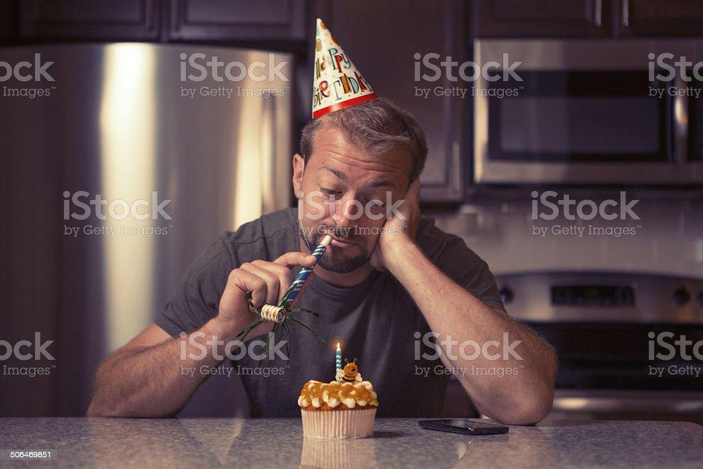 Mélancolie homme à la maison pour célébrer son anniversaire tout seul - Photo