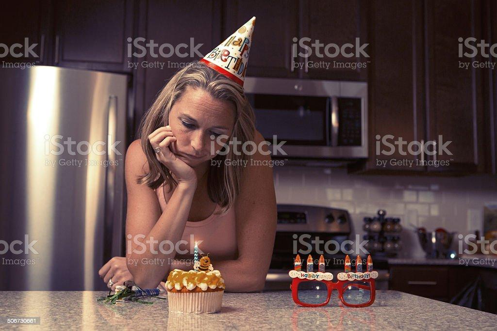 Mélancolie Femme à la maison pour célébrer son anniversaire tout seul - Photo