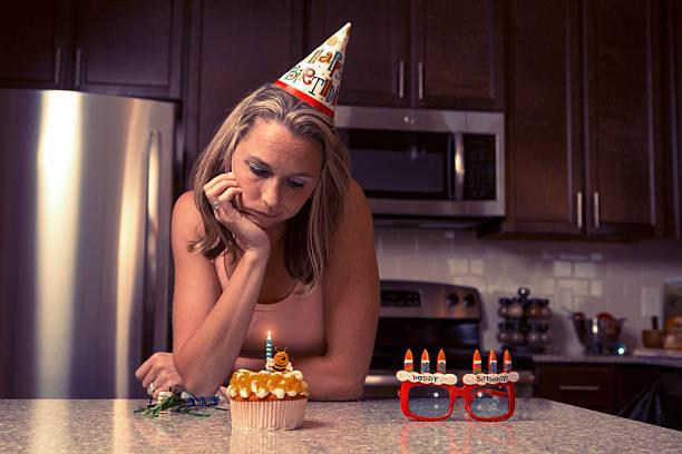 weltschmerz frau zu hause feiern ihren geburtstag alle allein - kücheneinrichtung nostalgisch stock-fotos und bilder