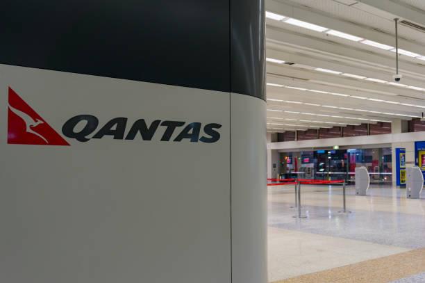 melbourne airport qantas terminal with qantas sign - qantas foto e immagini stock