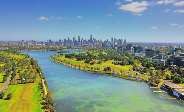 melbourne city skyline & albert park lake - melbourne australia foto e immagini stock