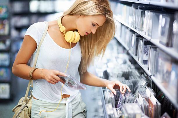 melody ist der musik in ihr leben - cd ständer stock-fotos und bilder