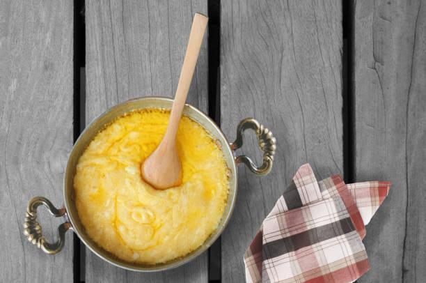 녹은 치즈와 옥수수 가루 - 폴렌타 죽 뉴스 사진 이미지