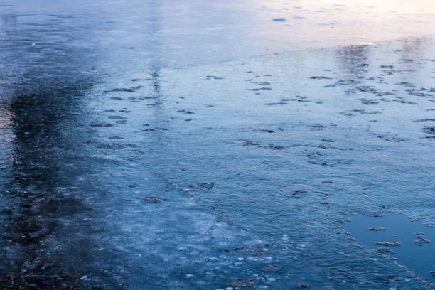 융해 빙판 강을 따라. 스톡 사진