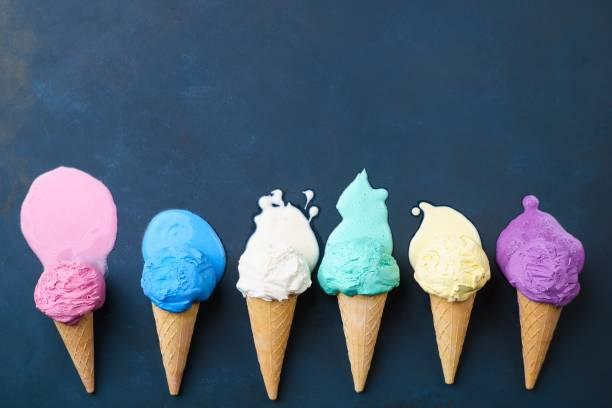 erime çeşitli dondurma koni, koyu arka plan - ice cream stok fotoğraflar ve resimler