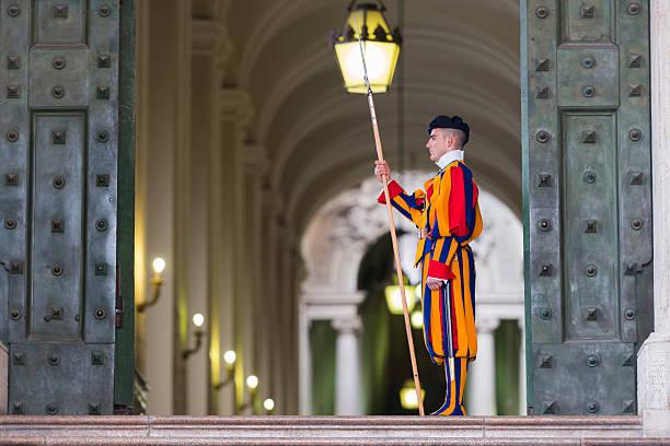 członek pontifical gwardia szwajcarska, watykan. - pope francis zdjęcia i obrazy z banku zdjęć
