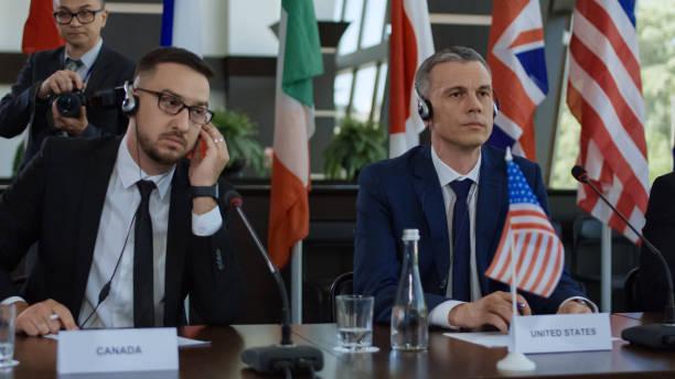 Mitglieder des internationalen Gipfeltreffen in Kopfhörer – Foto