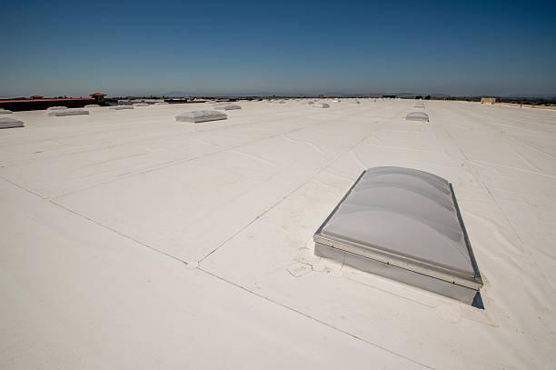 membrana tetto pvc in un grande magazzino - materiale gommoso foto e immagini stock